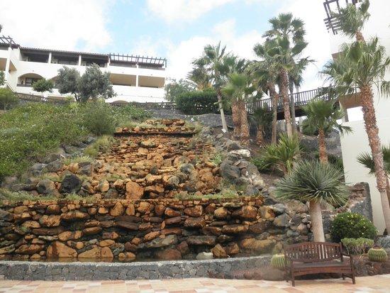 Barcelo Jandia Playa: Cascada artificial a la entrada del hotel