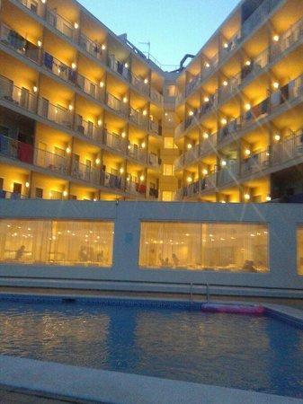 Veraclub Ibiza: hotel la sera visto dalla piscina