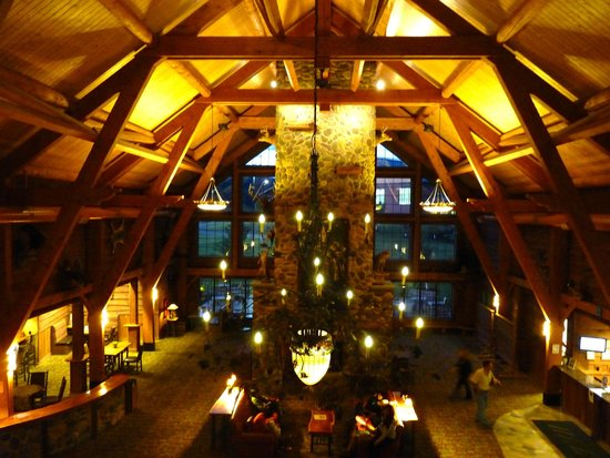 Hope Lake Lodge & Conference Center: Lobby at night