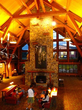 Hope Lake Lodge & Conference Center: Fireplace in lobby