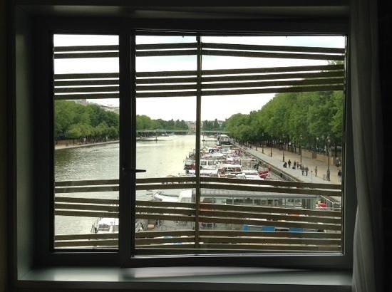 Holiday Inn Express Paris-Canal de la Villette : dalla camera, vista sul canale, molta gente corre nelle zone pedonali ai lati del canale.