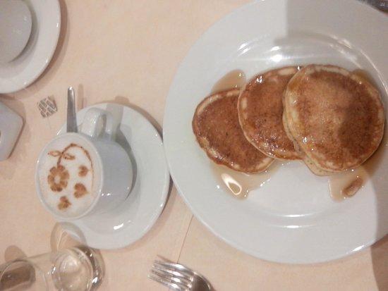 Sheraton Lima Hotel & Convention Center: Desayuno con cafe con leche y pancakes con canela