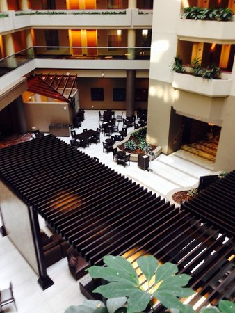 Embassy Suites by Hilton Crystal City - National Airport : Open area and seating for dining....newly remodeled.