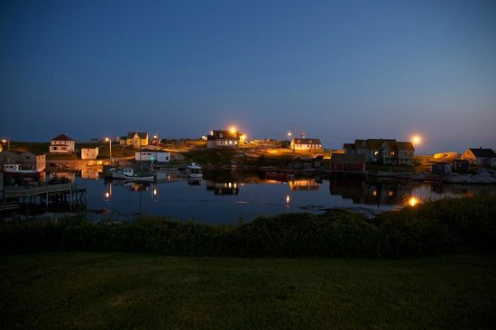 Peggy's Cove Bed & Breakfast : Night view of Peggy's Cove from the B and B