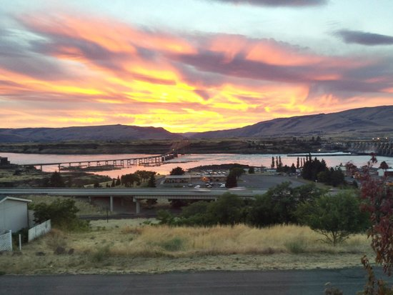 Celilo Inn: Sunset view from our room