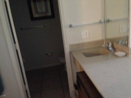 Ocean Isle Inn : Bath area with wet bar sink