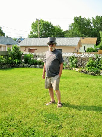 Country Encounters Accommodations : Norm in the Travelling Hat taking in gardens