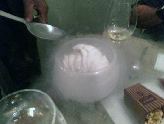 Restaurante Oro: O sorvete congelando no nitrogênio líquido.