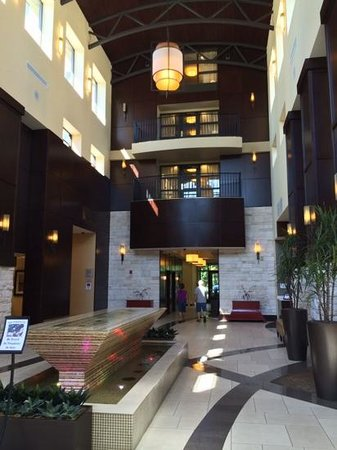 Embassy Suites by Hilton Savannah Airport: peaceful water feature in lobby