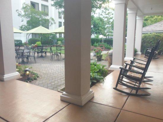 Hampton Inn & Suites Wilmington/Wrightsville Beach: seating area outside