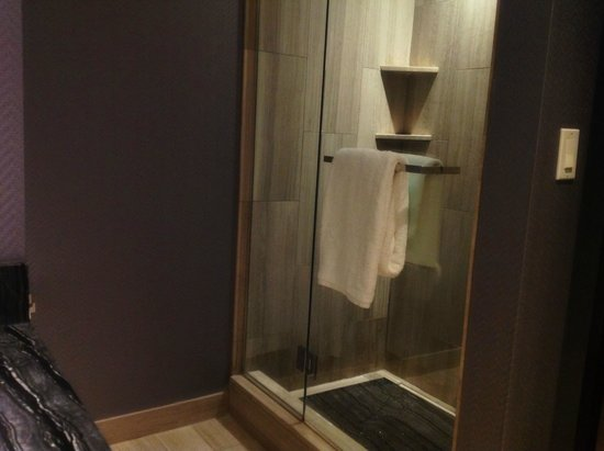 Ivy Boutique Hotel : Shower separate from tub
