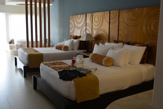 Azul Beach Resort Sensatori Mexico: These beds are soooo comfortable.  The rooms layout is beautiful....great option.