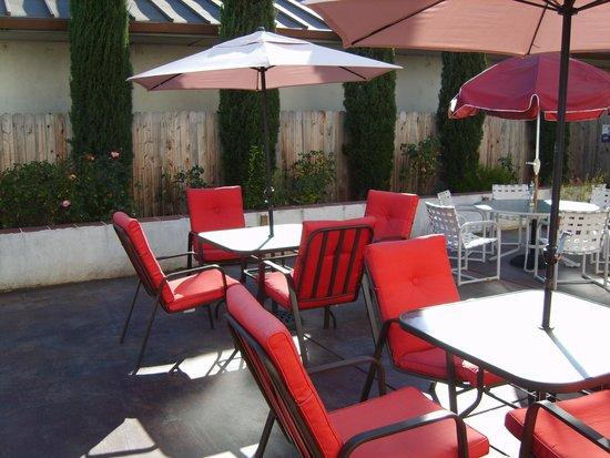 Plymouth Hotel: Comfotable outdoor Courtyard