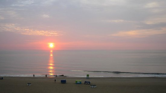 BEST WESTERN PLUS Oceanfront Virginia Beach: Lever de soleil, pris de notre balcon