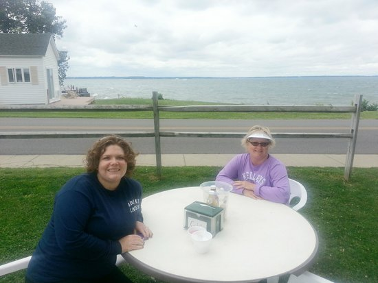 Kelleys Island Brewery: Lunch with a seaside view