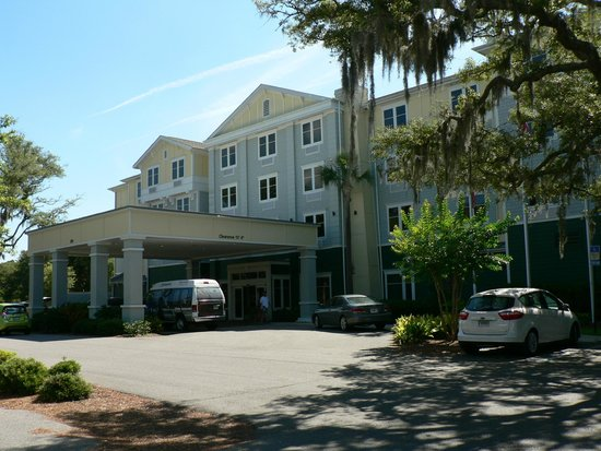 Hampton Inn & Suites Jekyll Island: Front of Hotel on a June morning.