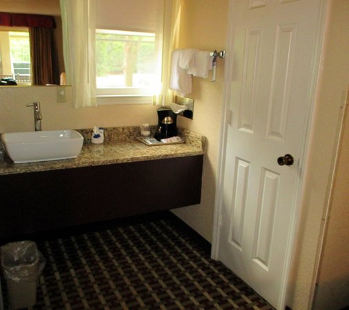 Best Western Mountainbrook Inn : sink outside bathroom