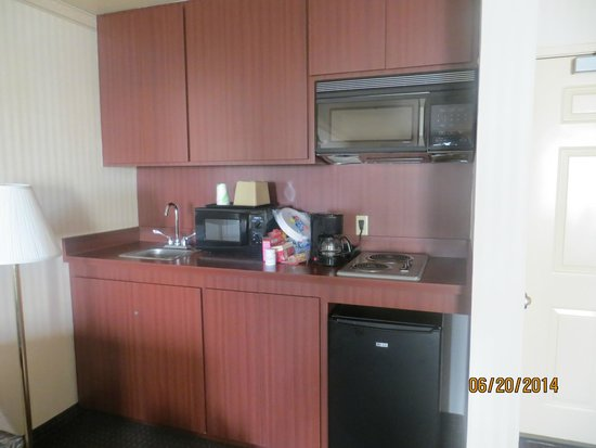 Mirage Inn & Suites: Kitchenette w/ sink,microwave,coffeemaker,small fridge