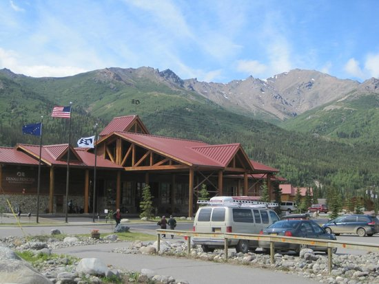 Denali Princess Wilderness Lodge: Nice View of the Lodge and Awesome View of Mountains