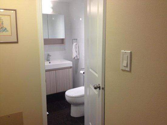 Sunset Suites : Bathroom