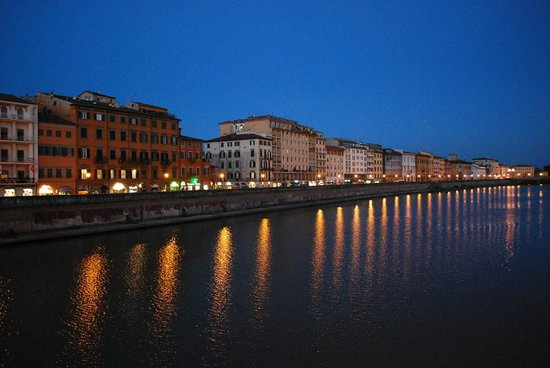 Bologna Hotel Pisa: The nearby river at dusk.