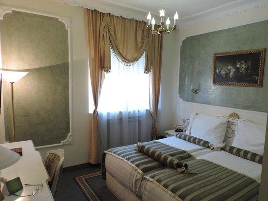 Queen's Astoria Design Hotel: The hotel room