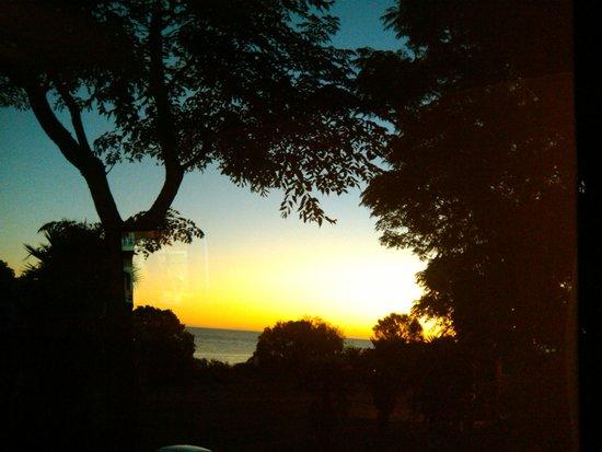 Posada El Viajero: Pôr do sol no Mar de La Plata visto da janela do quarto