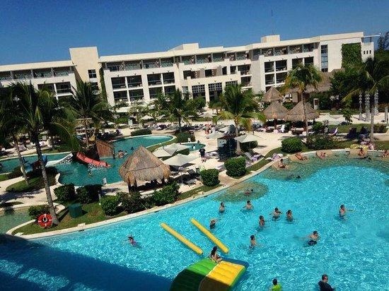 Paradisus Playa Del Carmen La Esmeralda : Tomando desayuno y viendo la pile