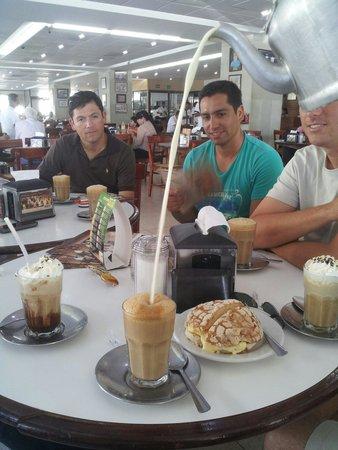 Gran Cafe La Parroquia: Bomba de nata, cafe y la porción de leche correspondiente.