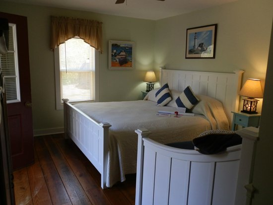 Inn at the Oaks: our room with welcoming note & gift!