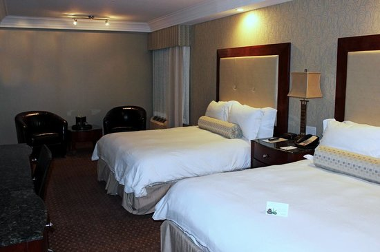 Town & Country Inn and Suites: Double Queen Room Bed Room / Sitting Area