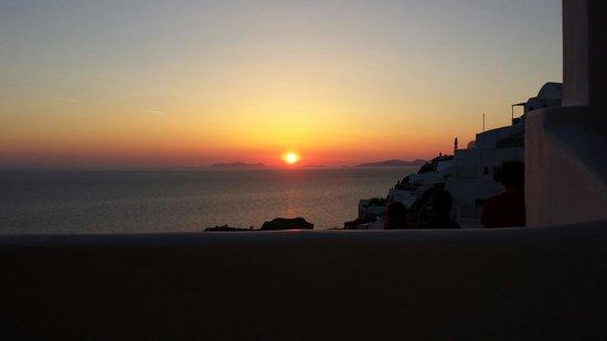 Art Maisons Luxury Santorini Hotels Aspaki & Oia Castle: Hot tub sunset view