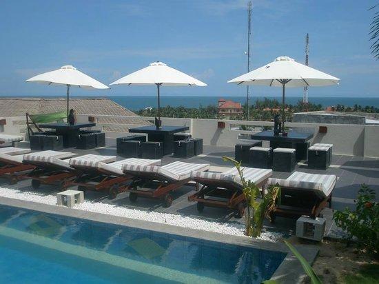 Mui Ne Hills Villa Hotel: The central pool/bar area of Mui Ne Hills 1. NOT Breeze.
