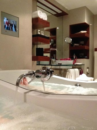 Sofitel Queenstown Hotel & Spa : Very clean, modern bathroom with spa for aching muscles.
