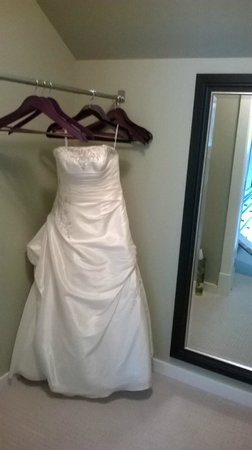 Stone Wood Bed and Breakfast : Nice high closet rail for dresses and suits!