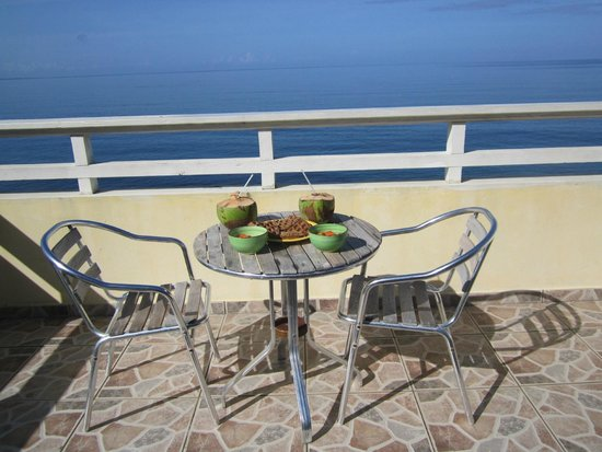 Maravilla Guesthouse: Our deck at the beach house