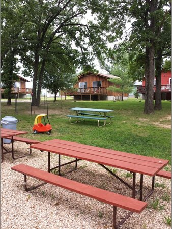 Andersen's Valley View Resort: Part of the picnic area, Cabins 1 and 2 in the background