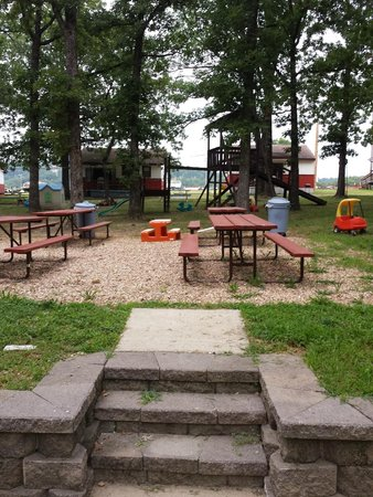 Andersen's Valley View Resort: Picnic area with cabins 3 and 4 in the background