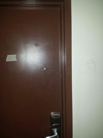 Four Points by Sheraton Asheville Downtown : Tape on doors