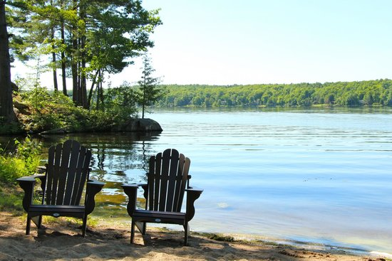 Westwind Inn : Relaxing by the water's edge