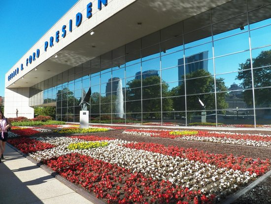Gerald R. Ford Museum : Picturesque front garden.