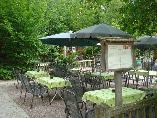 Wildpark Bad Mergentheim: Aqui pode-se lanchar admirando o Wildpark e seus visitantes. Comida gostosa!