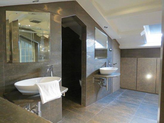 Hotel Campiello: Amplio baño con dos lavatorios