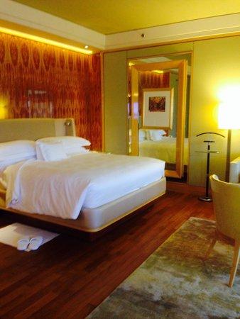 The Ritz-Carlton, Millenia Singapore: ベッド。一人でしたのでダブルです。もちろんツインもありますよ。