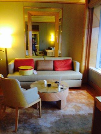 The Ritz-Carlton, Millenia Singapore: ソファ。