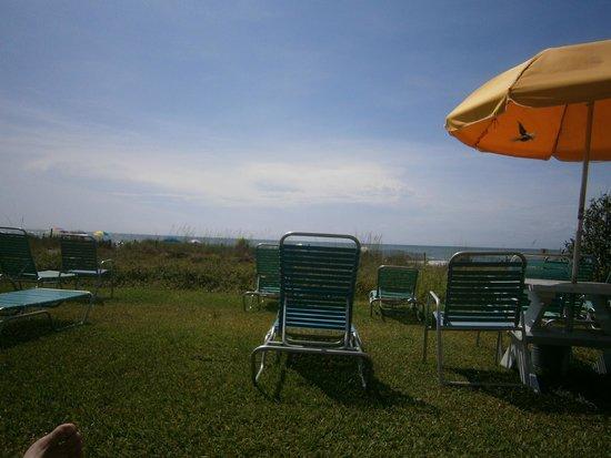 Dayton House Resort: Table/chair & umbrella area
