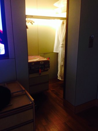 The Ritz-Carlton, Millenia Singapore: クローゼット、扉は閉まりますが撮影の為開けたままです。