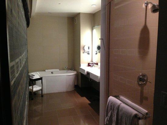 Vdara Hotel & Spa: 2-story penthouse bathroom