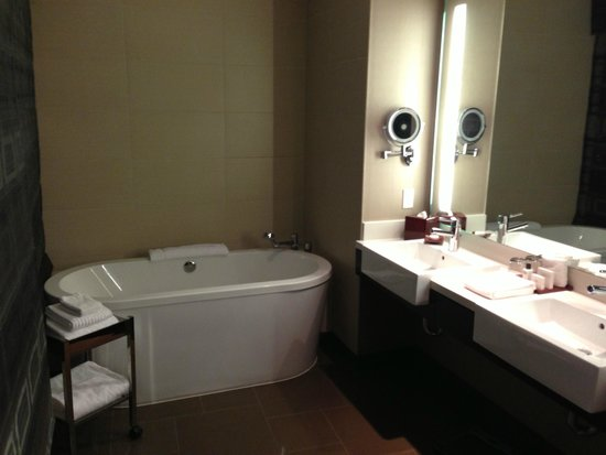 Vdara Hotel & Spa : bathroom with 2 sinks and soaking tub