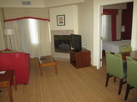 Residence Inn Dallas Park Central: Living room in a 2b/2b